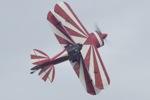 Lauren Richardson brings her Pitts Special in for one of a series of knife edge passes.